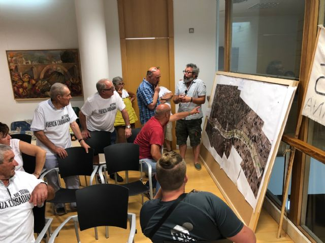 El Coordinador regional de Izquierda Unida se re�ne con las familias afectadas por el Trazado del AVE, Foto 3