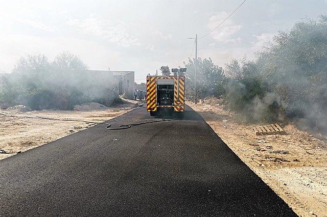 Incendio de matorral con afectación a viviendas en Alcantarilla - 1, Foto 1