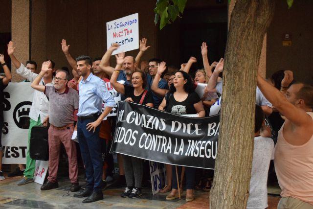 Cientos de vecinos se concentran ante el ayuntamiento de alguazas para exigir seguridad - 2, Foto 2