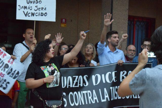 Cientos de vecinos se concentran ante el ayuntamiento de alguazas para exigir seguridad - 3, Foto 3