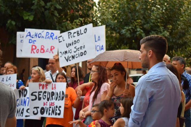 Cientos de vecinos se concentran ante el ayuntamiento de alguazas para exigir seguridad - 4, Foto 4