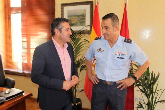 El teniente coronel Casas, jefe del EZAPAC, se despide del alcalde de Alcantarilla, Joaquín Buendía, tras su ascenso y nuevo destino en el Cuartel General del Ejército del Aire - 1, Foto 1