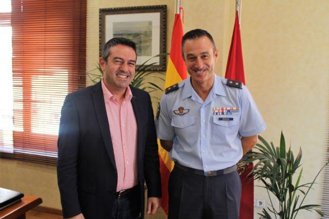 El teniente coronel Casas, jefe del EZAPAC, se despide del alcalde de Alcantarilla, Joaquín Buendía, tras su ascenso y nuevo destino en el Cuartel General del Ejército del Aire - 2, Foto 2