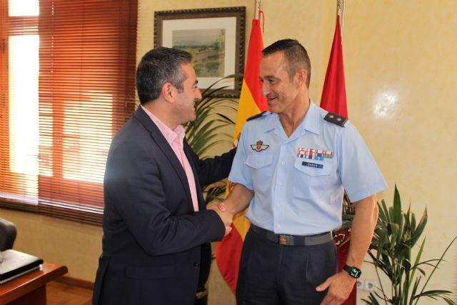 El teniente coronel Casas, jefe del EZAPAC, se despide del alcalde de Alcantarilla, Joaquín Buendía, tras su ascenso y nuevo destino en el Cuartel General del Ejército del Aire - 3, Foto 3