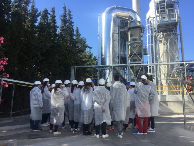 Escolares de Alcantarilla conocen sobre el terreno cómo trabaja Derivados Químicos - 2, Foto 2