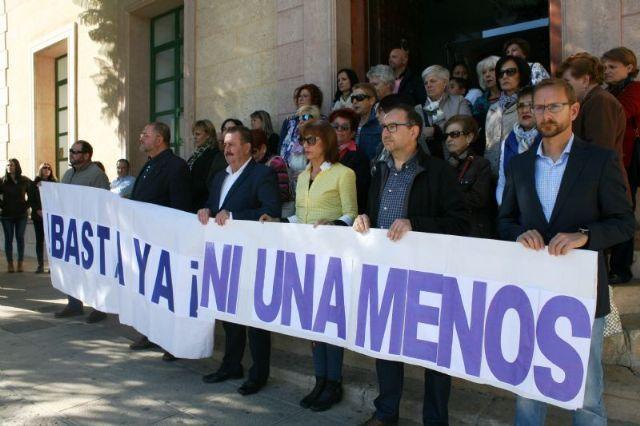 Se guarda un minuto de silencio a las puertas del Ayuntamiento como señal de condena por el último caso de violencia machista en Elda (Alicante), Foto 1