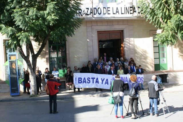 Se guarda un minuto de silencio a las puertas del Ayuntamiento como señal de condena por el último caso de violencia machista en Elda (Alicante), Foto 2