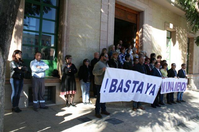 Se guarda un minuto de silencio a las puertas del Ayuntamiento como señal de condena por el último caso de violencia machista en Elda (Alicante), Foto 3