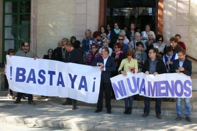 Se guarda un minuto de silencio a las puertas del Ayuntamiento como señal de condena por el último caso de violencia machista en Elda (Alicante), Foto 4