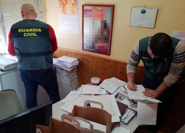 La Guardia Civil esclarece medio centenar de estafas en la contratación de pólizas de seguro para vehículos en Beniel - 2, Foto 2