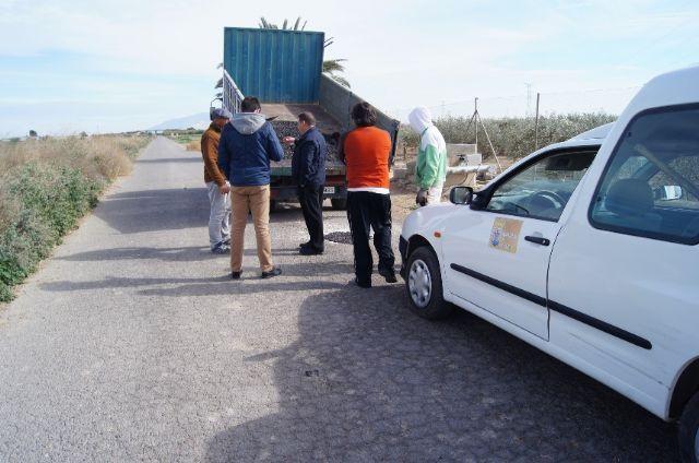 La Concejalía de Caminos realiza trabajos de parcheo en más de una treintena de caminos rurales de la red viaria del municipio, Foto 2