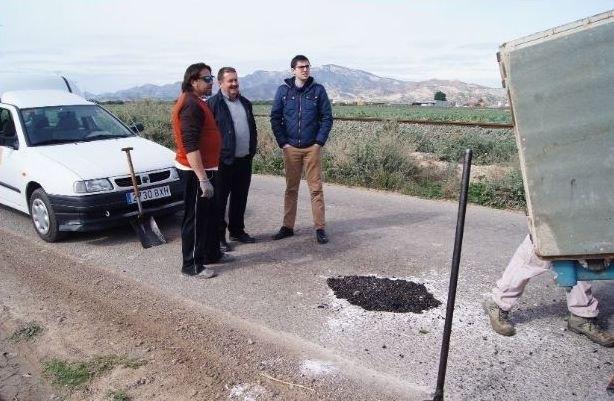 La Concejalía de Caminos realiza trabajos de parcheo en más de una treintena de caminos rurales de la red viaria del municipio, Foto 1