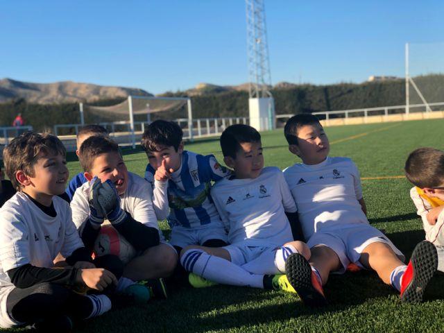 Los alumnos de la Escuela Socio-Deportiva del Real Madrid realizan sus entrenamientos en el renovado Campo de Fútbol de Puerto Lumbreras - 1, Foto 1
