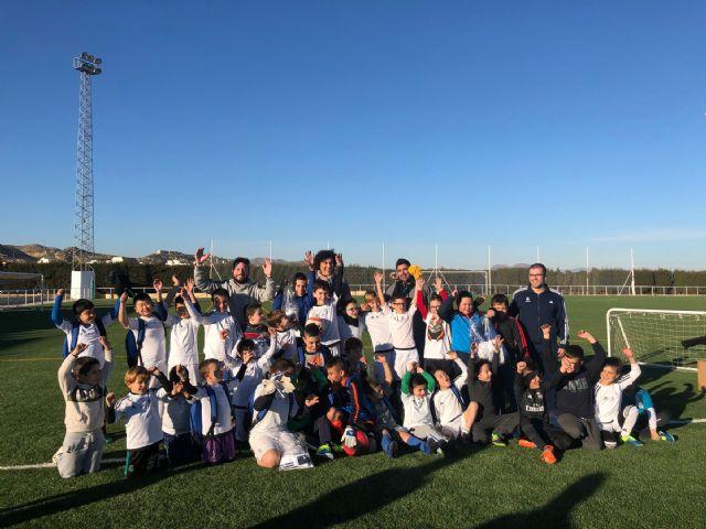 Los alumnos de la Escuela Socio-Deportiva del Real Madrid realizan sus entrenamientos en el renovado Campo de Fútbol de Puerto Lumbreras - 2, Foto 2