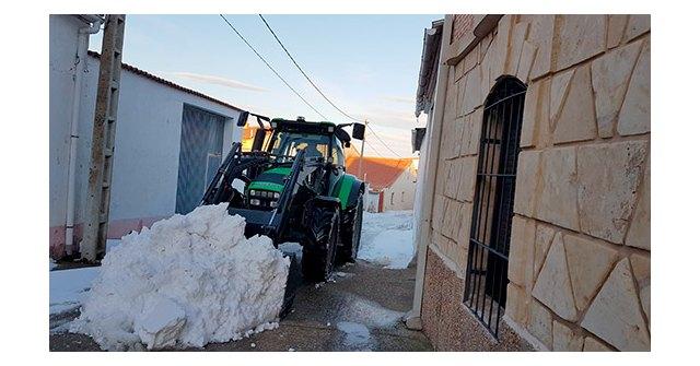 Un tractor recogiendo nieve por las calles de su pueblo, San Miguel de la Ribera, en Zamora., Foto 1