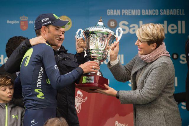 Noelia Arroyo entrega el Gran Premio de la Vuelta Ciclista a la Región de Murcia a Alejandro Valverde, Foto 2