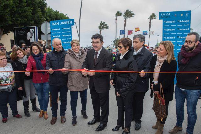 Noelia Arroyo entrega el Gran Premio de la Vuelta Ciclista a la Región de Murcia a Alejandro Valverde, Foto 3