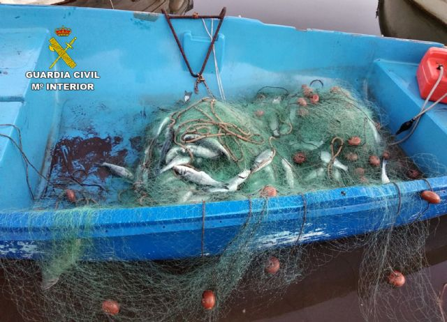 La Guardia Civil sorprende a dos pescadores furtivos en Portmán-La Unión, Foto 4