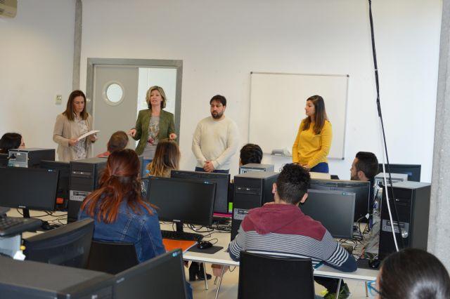 Doce jóvenes inician un curso gratuito de Inglés B1 - 1, Foto 1
