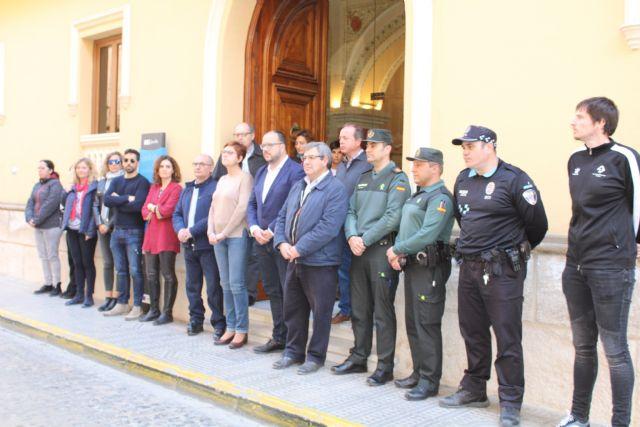 Minuto de silencio en la puerta del Ayuntamiento de Jumilla por el 1M - 1, Foto 1