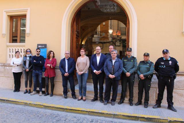 Minuto de silencio en la puerta del Ayuntamiento de Jumilla por el 1M - 2, Foto 2