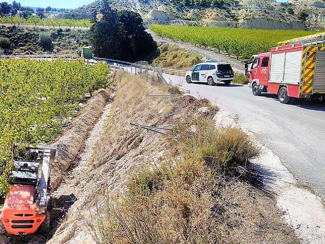 Rescatan y trasladan al hospital a un hombre herido al caer su vehículo por un terraplén - 1, Foto 1