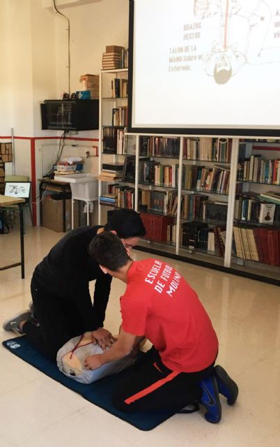 El programa de formación en primeros auxilios de Protección Civil pasa por el colegio Monte Azahar - 1, Foto 1