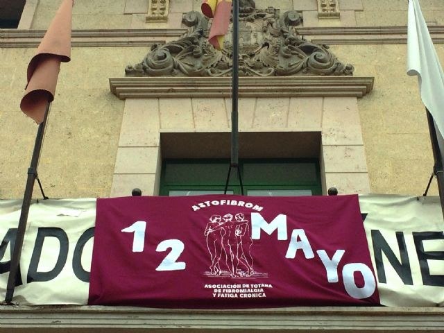 Totana commemorates the International Day of Fibromyalgia and Chronic Fatigue, with the reading of a manifesto and awareness actions in the Mobile Information Point - 5