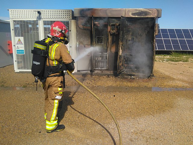 Firefighters put out a fire in a photovoltaic plant in Totana