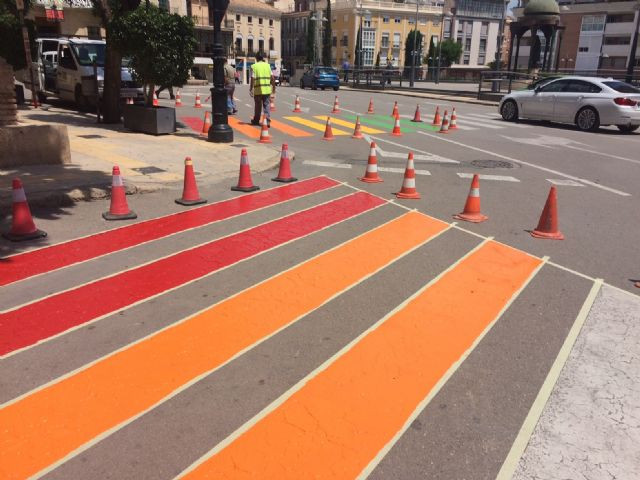 Totana paints five steps of pedestrians with the colors of the gay flag to raise awareness of the rights of the LGTBI collective - 3