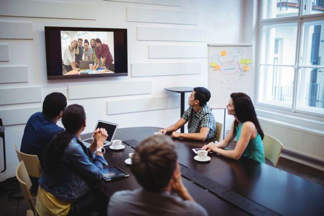 Los profesionales dedican 5 horas semanales a buscar información de empresas o personas con las que se reúnen - 1, Foto 1