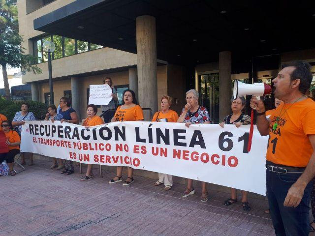 Decenas de personas se concentran frente a la Dirección General de Transporte para exigir que se restituya la Línea 61 - 1, Foto 1