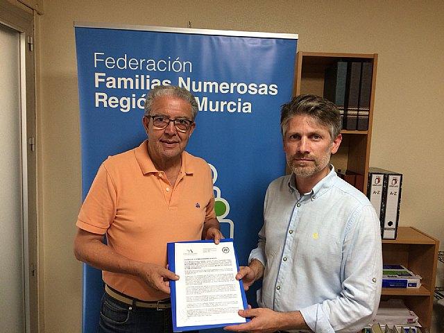 El PP presenta a FANAMUR la iniciativa para que las familias numerosas tengan más beneficios según crezca el número de hijos, Foto 1