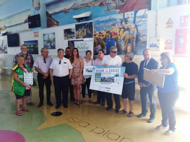 La ONCE presenta en la lonja de pescadores su cupón para promocionar el consumo de sardina, Foto 1