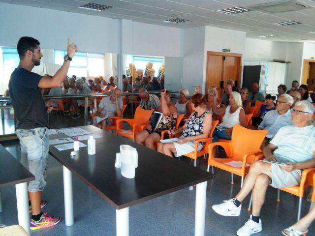 Residentes de Camposol aprenden español gracias a un curso programado por la concejalía de Juventud, Foto 1