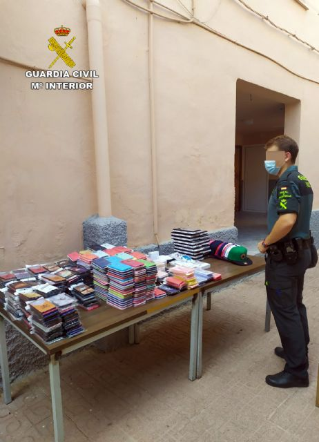 La Guardia Civil se incauta de 1.500 productos falsificados e investiga a cuatro personas, Foto 5