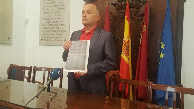 Antonio Meca mostrando copia del escrito de la Fiscalía., Foto 1
