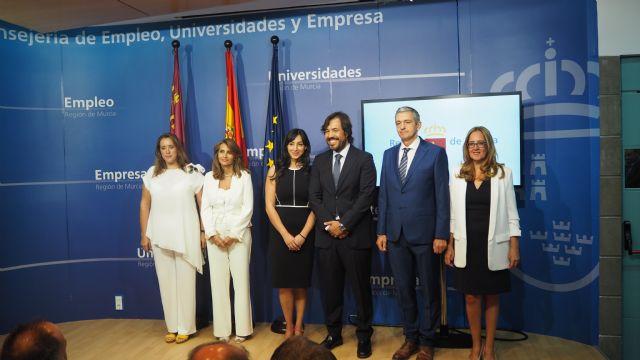 El consejero de Empleo, Investigación y Universidades, Miguel Motas, presenta a los directores generales de su Departamento, Foto 1