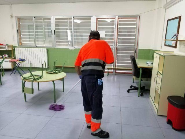 El Ayuntamiento de Molina de Segura ha empleado más de 10.500 horas de trabajo en labores de limpieza y desinfección de los centros educativos de la localidad - 1, Foto 1