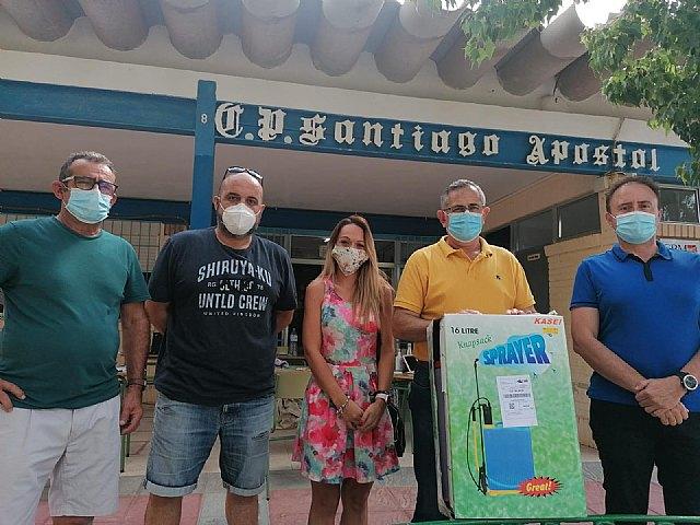 La concejalía de Educación proporciona mochilas con líquido desinfectante a los colegios - 1, Foto 1