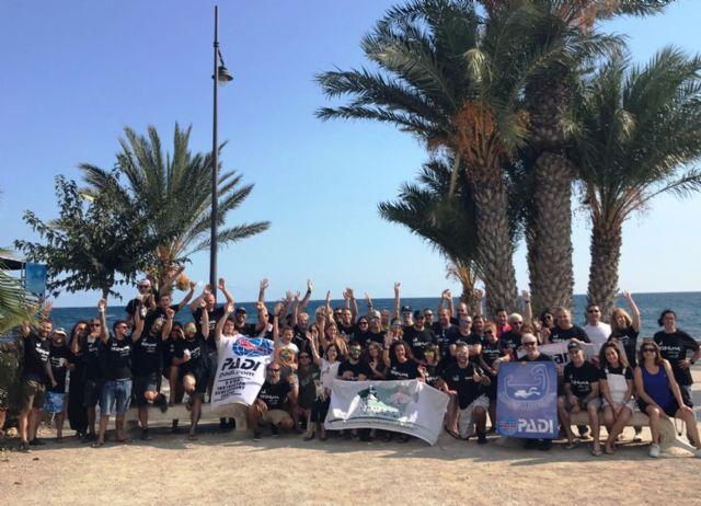 Un centenar de buceadores ayuda a limpiar los fondos marinos de la bahía, Foto 1