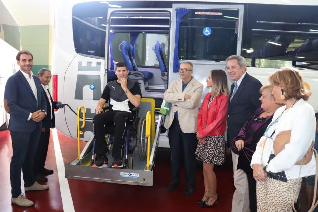 Un nuevo autobús del Parque Móvil Regional facilita el transporte de las personas con discapacidad, Foto 1