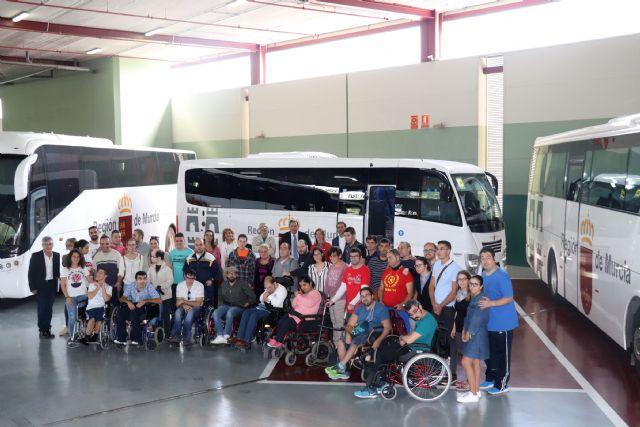 Un nuevo autobús del Parque Móvil Regional facilita el transporte de las personas con discapacidad, Foto 2