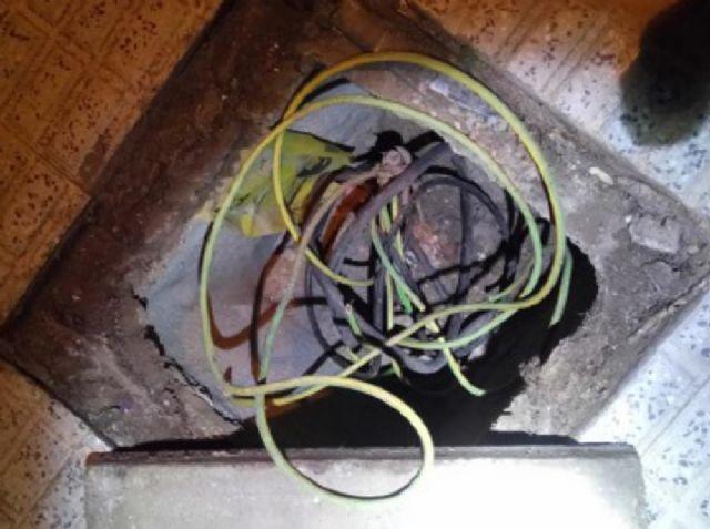 Sorprendidos cuatro individuos cuando presuntamente sustraían cableado eléctrico - 1, Foto 1
