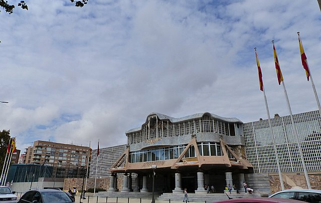 La presidenta de la Asamblea lamenta que se pretenda polemizar con la bandera de España, Foto 1