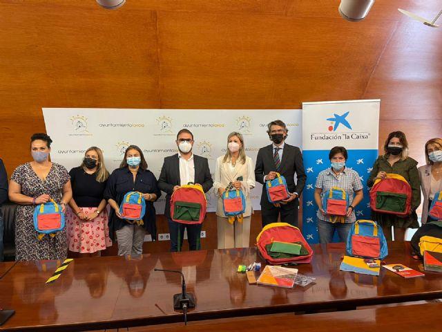Alumnos de Lorca en situación de vulnerabilidad han vuelto a clase con nuevo material escolar gracias a la Fundación la Caixa y CaixaBank - 1, Foto 1
