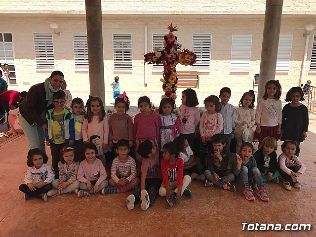 Emotivo y colorido día de La Cruz en el CEIP La Cruz de Totana - 22