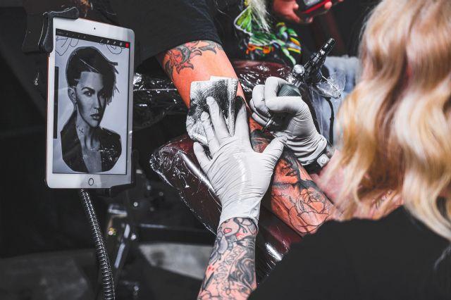 Tatuarse y encontrar trabajo hoy en día no es un problema, según Circetattoo - 1, Foto 1