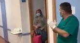 Emotiva despedida en el Rafael Méndez a la primera infectada que recibe el alta, que se trata de una vecina de Totana