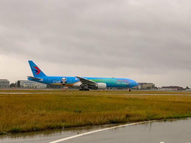 El Avión con el tema de 'CIIE' de China Eastern Airlines llegó a Londres en la segunda parada de su viaje global - 1, Foto 1